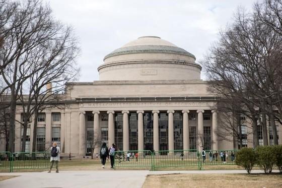 COVID-19: Mỹ bỏ kế hoạch trục xuất sinh viên quốc tế chỉ học trực tuyến - 1