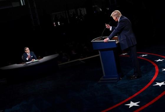 """Đổi luật cuộc tranh luận, ông Trump chỉ trích cuộc chiến """"hai chọi một"""" - Ảnh 1."""