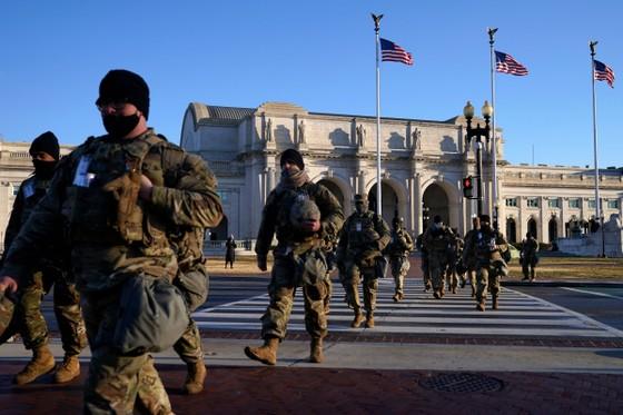 Lực lượng vệ binh quốc gia làm nhiệm vụ ở khu vực Đồi Capitol. (Ảnh: AP)