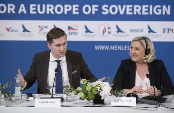 Nghị sĩ người Estonia Jaak Madison (trái) đã đề cử ông Donald Trump nhận giải Nobel Hòa bình chỉ 2 giờ trước hạn chót nhận đề cử. Ảnh: AFP.