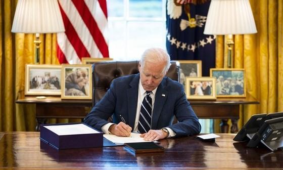 Tổng thống Biden ký thành luật gói cứu trợ 1,9 nghìn tỷ USD. Ảnh: Reuters.