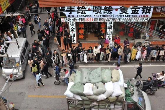 Chuyện ngược đời ở xưởng may thế giới Quảng Châu: Các boss xếp hàng dài chào mời mức lương cao, công nhân vẫn chẳng buồn quẹo lựa - Ảnh 5.
