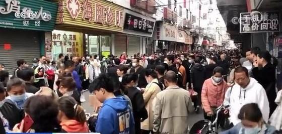 Chuyện ngược đời ở xưởng may thế giới Quảng Châu: Các boss xếp hàng dài chào mời mức lương cao, công nhân vẫn chẳng buồn quẹo lựa - Ảnh 6.