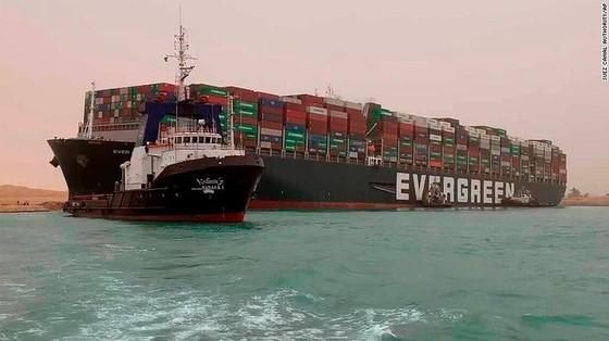 Tàu kẹt ngang kênh đào Suez: Chưa biết phải nằm mấy tuần nữa - ảnh 4
