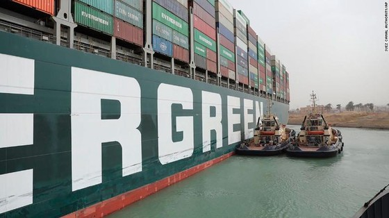 Tàu kẹt ngang kênh đào Suez: Chưa biết phải nằm mấy tuần nữa - ảnh 3