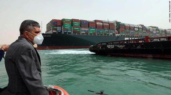 Tàu kẹt ngang kênh đào Suez: Chưa biết phải nằm mấy tuần nữa - ảnh 6