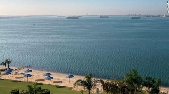 Tàu kẹt ngang kênh đào Suez: Chưa biết phải nằm mấy tuần nữa - ảnh 7