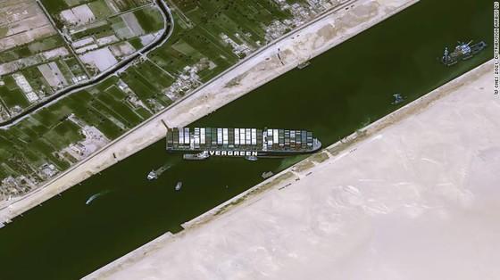 Tàu kẹt ngang kênh đào Suez: Chưa biết phải nằm mấy tuần nữa - ảnh 1