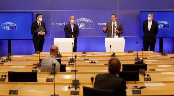 Hàng loạt nghị sĩ EU dọa hủy hiệp định đầu tư với Trung Quốc - ảnh 1