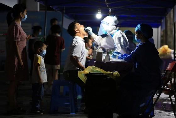 Lấy mẫu xét nghiệm Covid-19 tạiChu Hải, Trung Quốc ngày 8/6 - Ảnh: Reuters