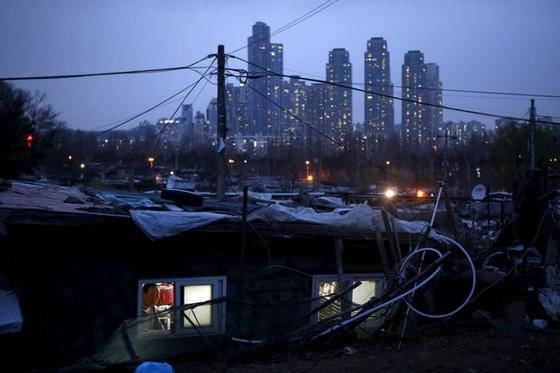 Người Hàn Quốc phải mất 62 năm tiết kiệm mới mua nổi 1 căn chung cư ở Seoul - Ảnh 1.