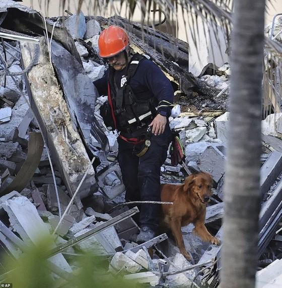 Khoảnh khắc tòa nhà 12 tầng ở Mỹ đổ sập, chớp mắt đã trở thành đống đổ nát, hồi hộp với công tác cứu hộ và lời kể của nhân chứng - Ảnh 10.