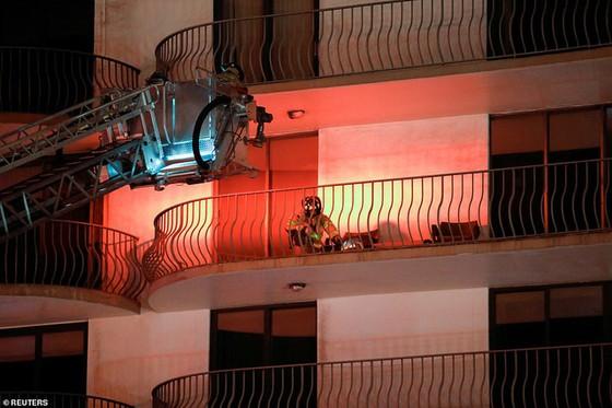 Khoảnh khắc tòa nhà 12 tầng ở Mỹ đổ sập, chớp mắt đã trở thành đống đổ nát, hồi hộp với công tác cứu hộ và lời kể của nhân chứng - Ảnh 11.