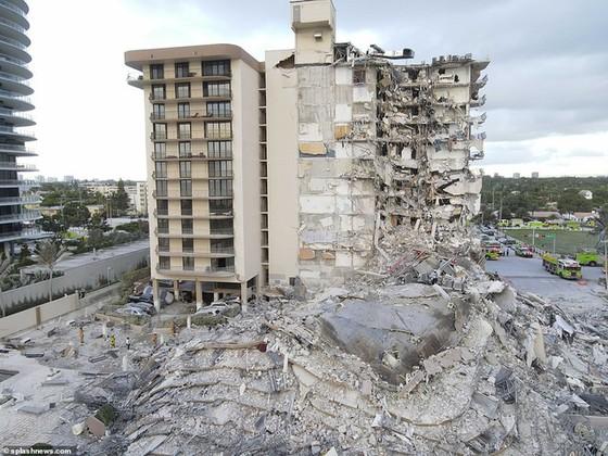 Khoảnh khắc tòa nhà 12 tầng ở Mỹ đổ sập, chớp mắt đã trở thành đống đổ nát, hồi hộp với công tác cứu hộ và lời kể của nhân chứng - Ảnh 2.