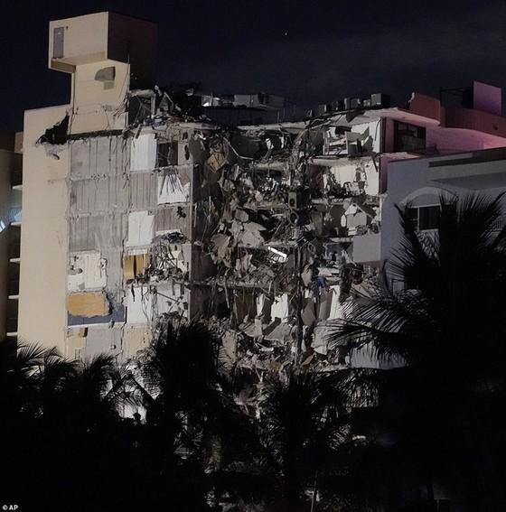 Khoảnh khắc tòa nhà 12 tầng ở Mỹ đổ sập, chớp mắt đã trở thành đống đổ nát, hồi hộp với công tác cứu hộ và lời kể của nhân chứng - Ảnh 6.
