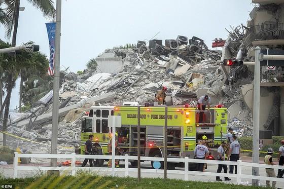 Khoảnh khắc tòa nhà 12 tầng ở Mỹ đổ sập, chớp mắt đã trở thành đống đổ nát, hồi hộp với công tác cứu hộ và lời kể của nhân chứng - Ảnh 9.