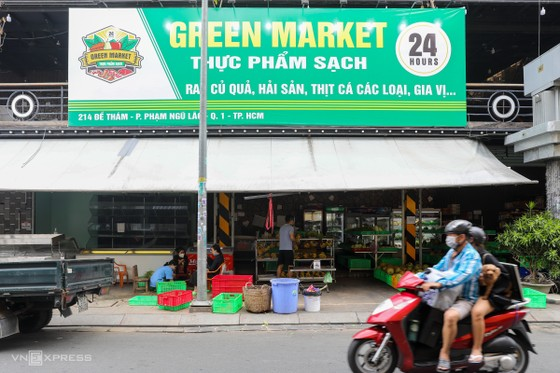 Bui Vien Street: Beer, whisky make way for veggies, fruits