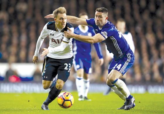 Christian Eriksen (trái, Tottenham) sẽ tiếp tục gây khó Gary Cahill (Chelsea)
