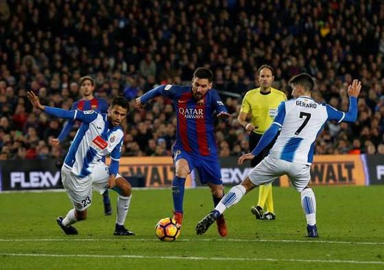Messi đột phá qua Gerard Moreno và Diego Reyes.