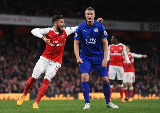 Cầu thủ Arsenal vui mừng trước nỗi thất vọng của Roberth Huth sau tình huống đốt lưới nhà.