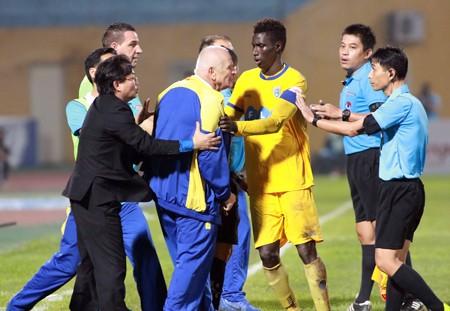 """Giai đoạn lượt về V-League sẽ không ít """"bất ngờ"""" từ các bộ phận trọng tài, HLV và cầu thủ. Ảnh: Minh Hoàng"""