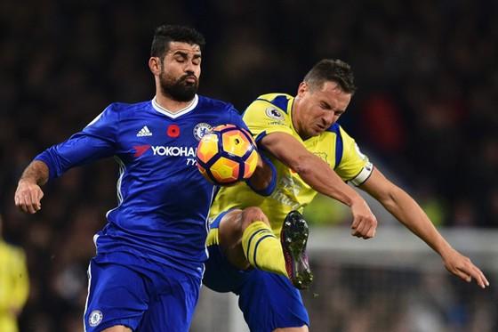Diego Costa (trái, Chelsea) tranh đấu với Phil Jagielka (Everton).