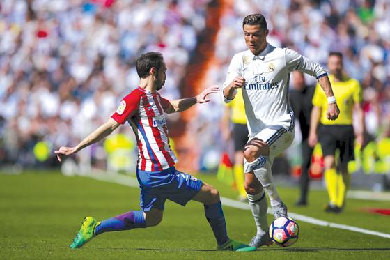 Hàng phòng ngự sẽ là vũ khí tối thượng của Atletico Madrid (trái) để chống lại Real Madrid.