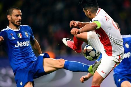 Radamel Falcao (phải) hiếm khi có được những vị trí thuận lợi để dứt điểm