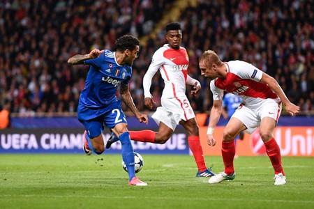 Alves (bìa trái) và cú đánh gót đẳng cấp để Higuain ghi bàn.