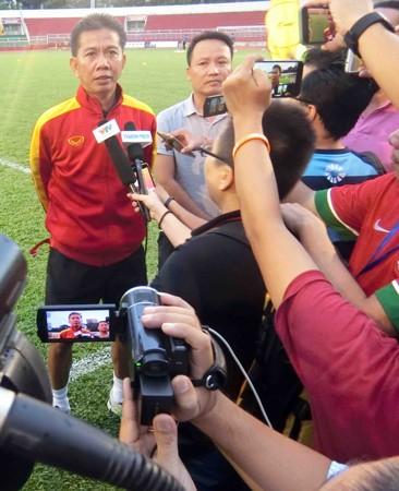 HLV Hoàng Anh Tuấn trả lời giới truyền thông. Ảnh: Nhật Anh