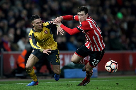 ̣Kieran Gibbs (trái, Arsenal) tranh bóng với Pierre-Emile Hojbjerg (Southampton).