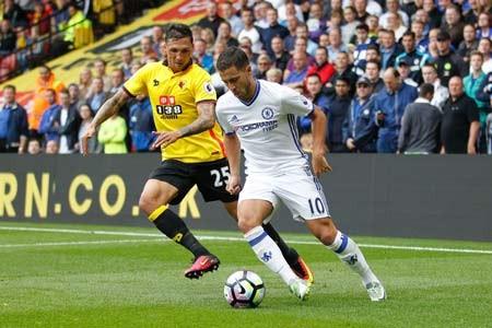 Eden Hazard (phải, Chelsea) đi bóng trước Jose Holebas (Watford ).