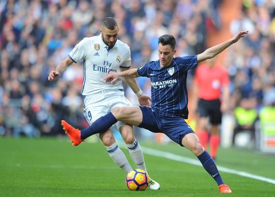 Real của Benzema (trái) quyết thắng trước Malaga