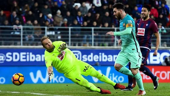 Messi dứt điểm trước thủ môn Yoel.