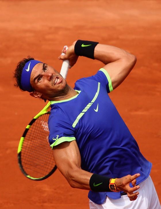 Rafael Nadal thể hiện uy lực trên sân đấu.
