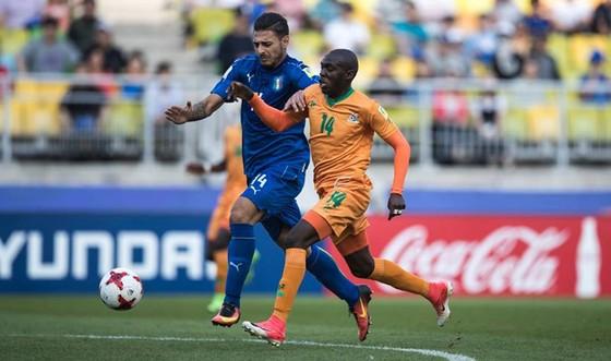 Phút 111, Italia (trái) kịp có bàn thắng lội ngược dòng lần đầu vào bán kết ở U20 World Cup.