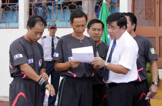 Trưởng Ban trọng tài Nguyễn Văn Mùi (phải) chỉ đạo các trọng tài trước trận đấu.     Ảnh: Dũng Phương