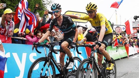 Wout Poels (trái) bảo vệ Chris Froome sát sao ở chặng đua thứ 19 của Tour de France 2016.