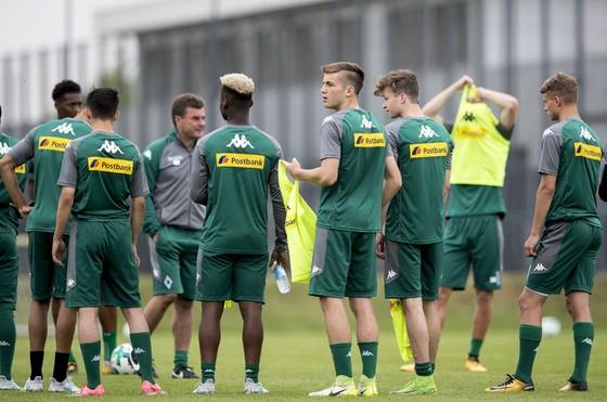 Các cầu thủ Gladbach trong một buổi tập để chuẩn bị cho trận giao hữu với Wuppertaler.