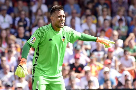 """Valencia chối bỏ """"vua bắt phạt đền"""" Diego Alves."""