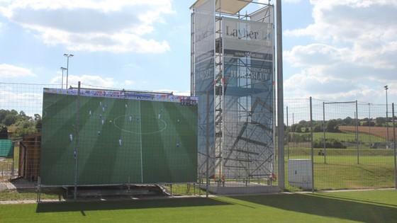 Màn hình 6m x 3m được đặt ở ngang vạch vôi giữa sân trong hệ thống Videowall.