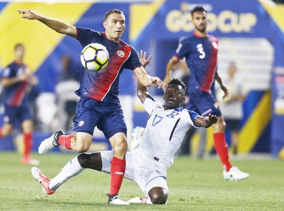 Costa Rica (trái) cần giành thắng lợi để hy vọng nhất bảng.