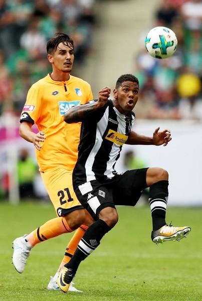 Cầu thủ trẻ Kwame Yeboah (phải) đã thi đấu rất tập trung tại Telekom Cup