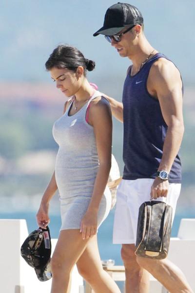 Bạn gái Ronaldo lộ rõ bụng bầu.