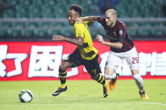 Tiền đạo Pierre-Emerick Aubameyang (trái) sẽ tiếp tục khoác áo của Dortmund trong mùa giải sắp tới