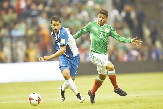 Honduras (trái) khó lòng tạo bất ngờ trước Mexico.