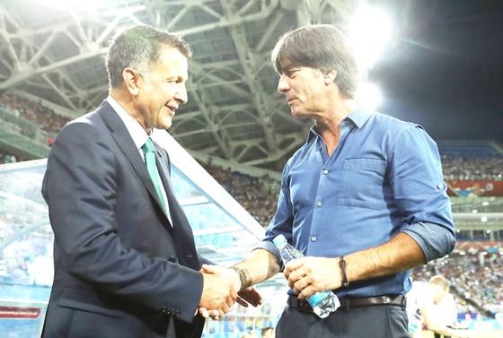 HLV Osorio (trái) đã đưa Jamaica vào bán kết.