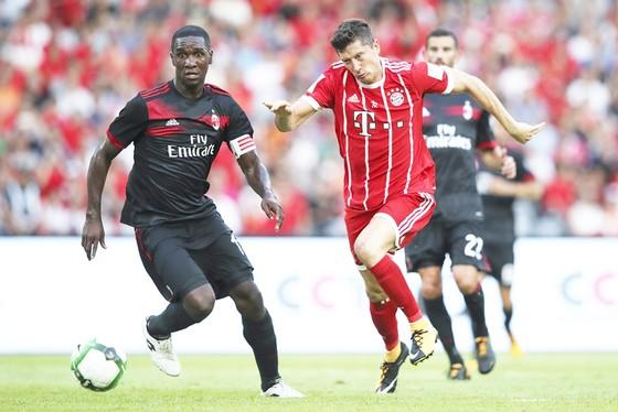 Robert Lewandowski (phải) đã không thể đe dọa được khung thành của AC Milan, dù chỉ một lần.