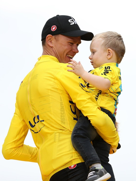 Chris Froome chia sẻ niềm vui với con trai của mình.