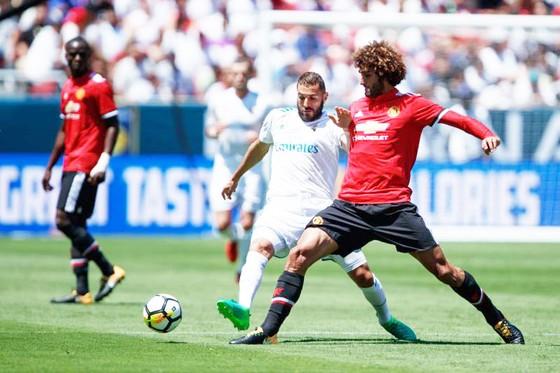 Fellaini (phải) vẫn đang cho thấy những giá trị riêng đối với HLV Jose Mourinho.